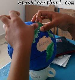 張り子地球儀に大陸を貼っていく