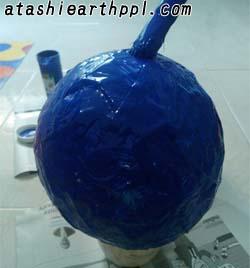 張り子地球儀の色塗り